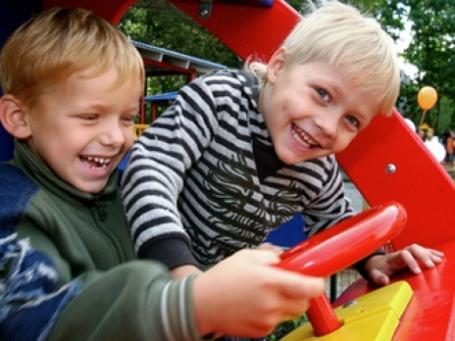 Дать ребенку хорошее образование и содержание в России обойдется в течение 18 лет в сумму более 50 млн рублей. Фото: РИА Новости