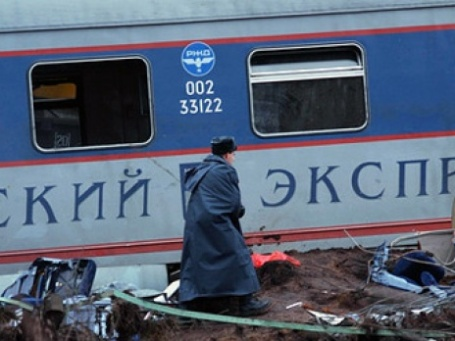 Поиск пострадавших на месте крушения пассажирского поезда