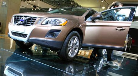 На 14-ом международном автосалоне в Лос-Анджелесе состоялось вручение премии «Лучший внедорожник 2010 года», которую завоевал шведский кроссовер Volvo XC60 нового поколения. Фото: РИА Новости