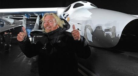 Глава бизнес-империи Virgin сэр Ричард Брэнсон впервые представил публике будущий первый пассажирский космический корабль SpaceShipTwo, на котором предполагается отправить туристов в космос. Фото: AFP