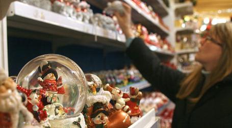 Более половины россиян рассчитывают покупать подарки тем же людям, что и в прошлый Новый год. Фото: ИТАР-ТАСС