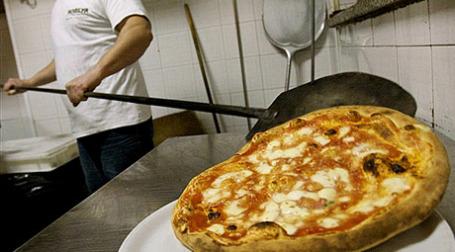 Руководство Евросоюза удовлетворило многолетние ходатайства  производителей пиццы из Неаполя. Отныне пиццерии при приготовлении «Маргариты» обязаны использовать тот же жесткий перечень ингредиентов, что и неаполитанские пиццайоло. Фото: AFP