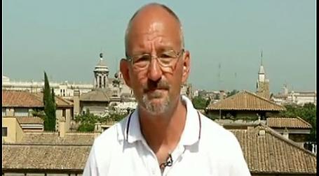 Живущий в Риме британский эпидемиолог Джефферсон дает понять: ВОЗ тесно связана с фармацевтами. Фото: youtube.com