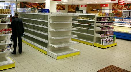 Не опустеют ли в магазинах полки с товарами? Фото: ИТАР-ТАСС