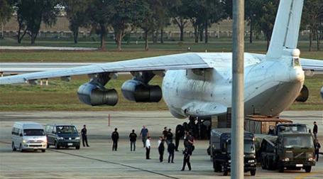 Перехваченный в Бангкоке самолет с  контрабандным оружием Фото: AFP
