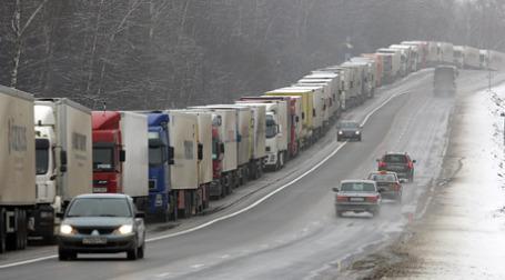 Более 800 фур стоят в пробке на российско-латвийской границе. Фото: ИТАР-ТАСС