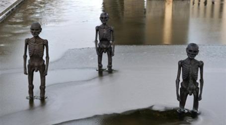 Даже скульптуры, изображающие жертв климатических изменений, не убедили участников саммита в Копенгагене в необходимости принять срочные меры для борьбы с потеплением. Фото: AFP
