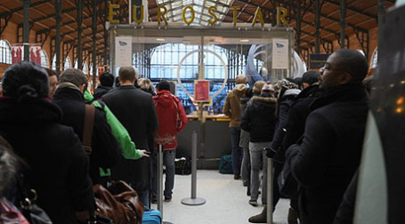 Пассажиры Евростара ожидают отправки поезда в Великобританию. Фото: AFP