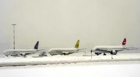Сильные снегопады в Швейцарии, Франции, Италии, Германии блокировали международные аэропорты. Фото: AFP