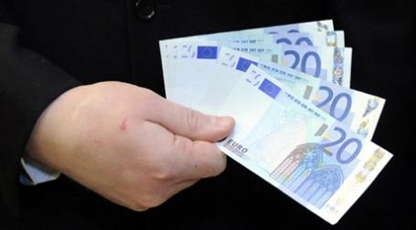 Самыми «популярными» у фальшивомонетчиков являются купюры в 20 евро. Фото: AFP