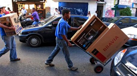 Узнав о девальвации боливара, венесуэльцы бросились скупать телевизоры. Фото: AFP