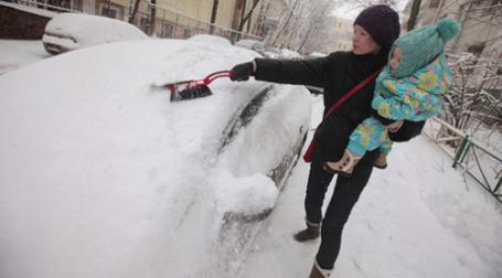 Большинство москвичей по-прежнему оставляют свои машины во дворах. Фото: РИА Новости