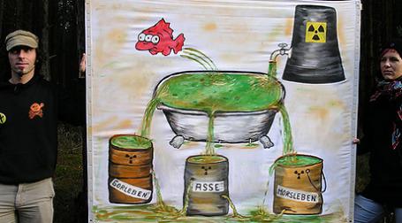 После многих лет обсуждения и протестов, в 2000 году при «красно-зеленой» правящей коалиции (Партия зеленых и СДПГ) исследования в Горлебене на предмет пригодности площадки для радиоактивного могильника были остановлены. Фото: ippnw1/flickr.com