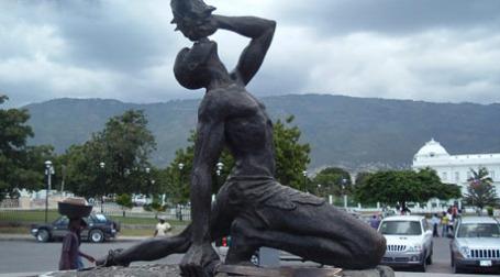 Порт-о-Пренс до землетрясения. Памятник восставшему рабу. Фото: amizman.com
