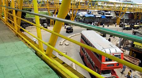 На улицах в переполненном людьми мегаполисе Мумбаи не хватает места для пешеходов, поэтому было найдено «возвышенное» решение — надземные пешеходные мосты (и магистрали). Фото: desicritics.org