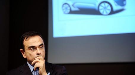 На днях президент Франции Никола Саркози на экстренном совещании с главой концерна c Карлосом Гоном вынудил его отказаться от планов полностью перенести производство новой модели Clio IV из Франции в Турцию. Фото: AFP