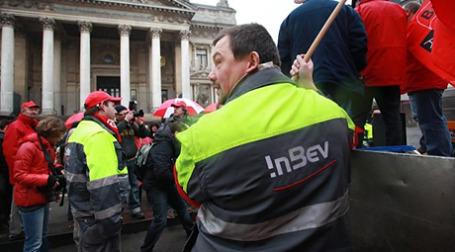 С начала января сотрудники производств AB InBev в Бельгии в городах Левен, Юпиль и Хугарден не пускали грузовики въехать на территорию заводов, блокировали ввоз сырья и вывоз готовой продукции. Фото: AFP