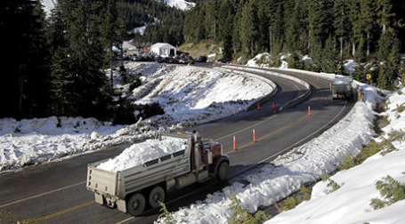 Снег для олимпийских соревнований по сноуборду и фристайлу завозили грузовиками и тяжелыми транспортными вертолетами. Фото: AP