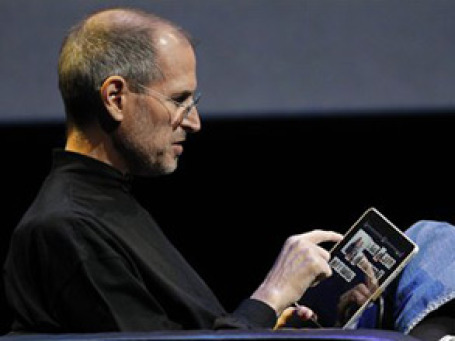 Глава Apple Стив Джобс демонстрирует iPad. Фото: AP