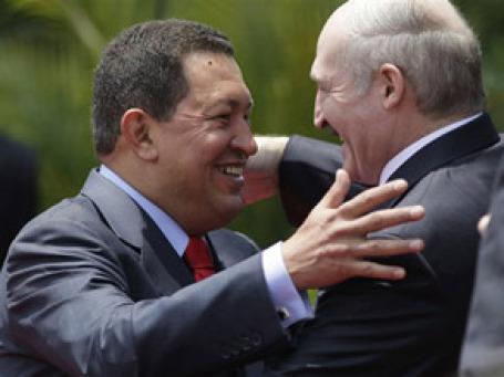 Под солнцем тропиков расцвела дружба Александра Лукашенко и Уго Чавеса. Фото: AP