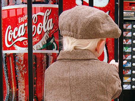 К 2012 году PepsiCo прекратит продажу калорийной газировки в школах более чем в 200 странах мира. Фото: Cheatara/flickr.com