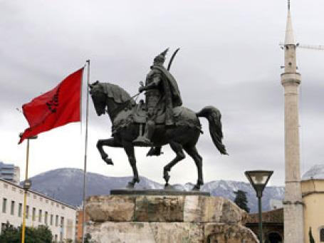 Памятник национальному герою Албании Скандербегу на одноименной площади в столице Албании Тиране.