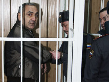 Тариел Ониани вошел в клетку только после того как ее тщательно обследовали приставы. Фото: РИА Новости