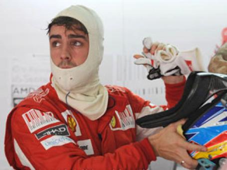 Пилот Формулы-1 Фернандо Алонсо готовится к заезду. Фото: ferrari.com