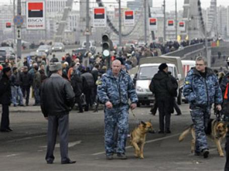 Крымская площадь через час после взрыва в метро «Парк культуры». Фото: AP