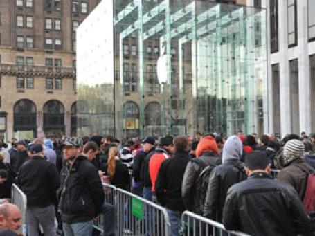 Очередь за iPad в магазин Apple Store на 5-й Авеню в Нью-Йорке. Фото: AP
