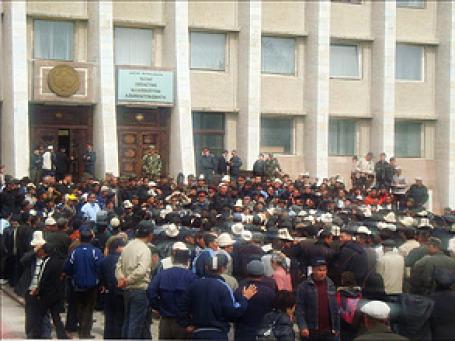Волнения у здания администрации Таласской области Кыргызстана. Фото: РИА Новости