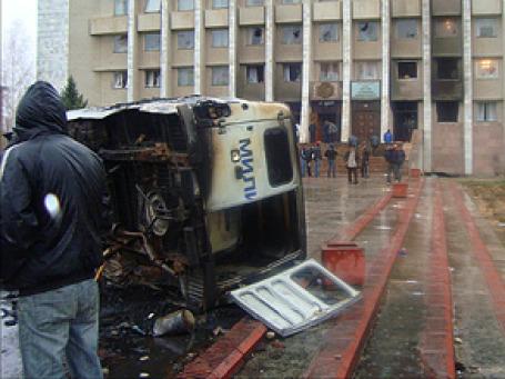Сожженный милицейский УАЗ у здания администрации Таласской области Кыргызстана. Фото: РИА  Новости