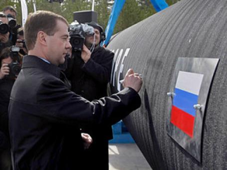 Президент Дмитрий Медведев оставил автограф на первой трубе «Северного потока». Фото: РИА Новости