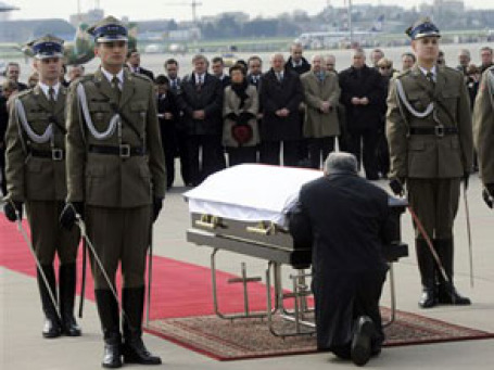 Ярослав Качиньский у гроба с телом погибшего брата.  Фото: AP