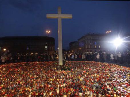 Десятки тысяч поляков пришли  на площадь перед президентским дворцом в Варшаве почтить память главы государства. Фото: AP