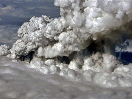 Силу извержения Эйяфьятлайокудля ученые оценить пока не берутся. Столб пепла поднялся на высоту 6 км. Фото: AP