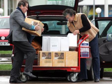 Во Франции все популярнее становится формат драйв-ин: заказываешь товары в Интернете, а забираешь их сам. Фото: AP