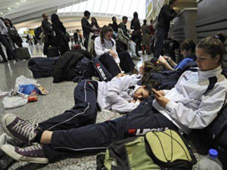 Тысячи российских туристов застряли в аэропортах по всему миру. Фото: AP