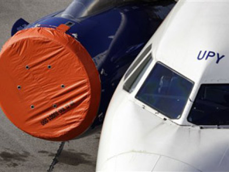 Зачехленный двигатель самолета в аэропорту Берлина. Фото: AP