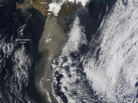 Бизнес по всему миру подсчитывает первые убытки от извержения вулкана в Исландии. Фото: earthobservatory.nasa.gov