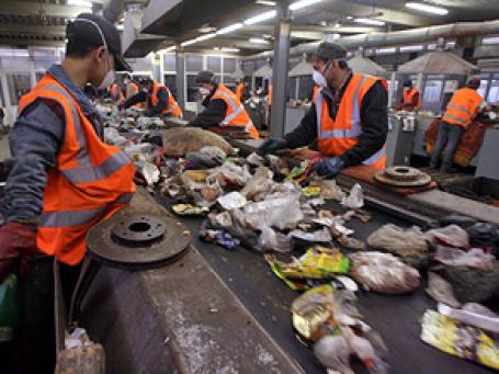 Объем средств, которые страны тратят на переаботку мусора, составил примерно 300 млрд евро в 2009 году. Фото: РИА Новости