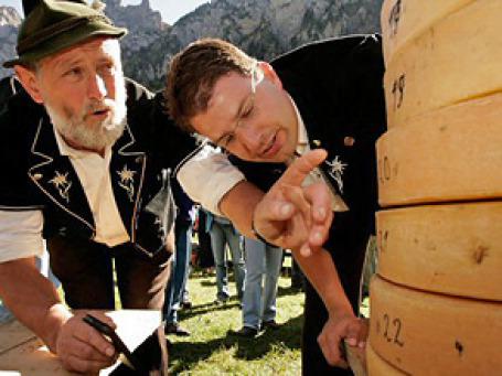 Именно это внимание к деталям помогло швейцарским сыроделам нарастить поставки сыра. Фото: AP