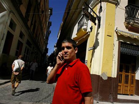 Покупка мобильного телефона требует от кубинца серьезной финансовой жертвы. Фото: AP