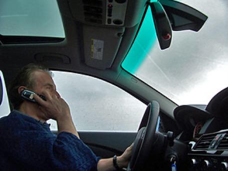 Программа рассчитывает скорость движения при помощи GPS мобильного телефона, и если она превышает установленный порог, блокируют его. Фото: ChrisFizik/flickr.com