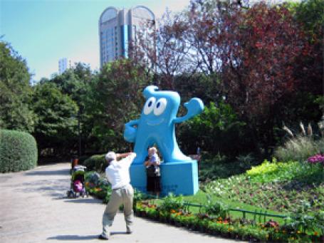 Шанхайцы настроены доброжелательно к ЭКСПО-2010 и не прочь фотографироваться с символом выставки. Фото: Наталья Балабанова/portalchina.ru