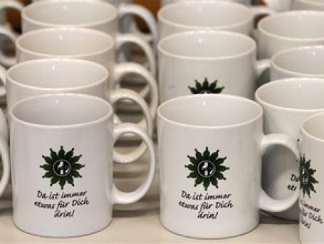 Одинаковые и безликие или разнокалиберные, но индивидуальные? «Наш человек» в Германии — о том, из каких кружек пьют в немецких офисах. Фото: AP