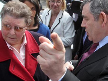 Знаменитый теперь диалог премьер-министра Гордона Брауна с избирательницей Гиллиан Даффи 28 апреля. Внимательно выслушав жалобы женщины на засилье иммигрантов, Браун затем назвал ее «фанатичкой», когда думал, что его никто не слышит. Фото: AP