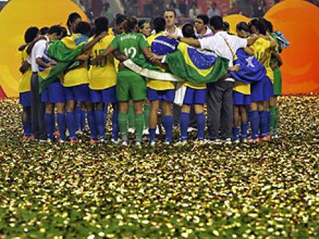 Эксперты считают, что в борьбе за высший футбольный титул страсть и футбольные традиции сборной важнее экономической базы и ставят на темпераментных бразильцев. Фото: AP