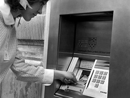 Первый банкомат, изобретенный Джоном Шепард-Барроном, был установлен в лондонском отделении Barclays Bank.Фото: AP