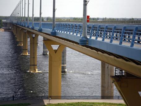 С помпой открытый мост в Волгограде радовал горожан всего полгода. Фото: РИА Новости